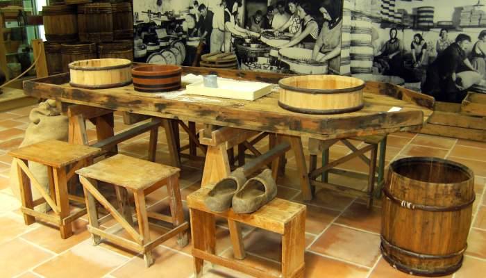 <p>Artesa o mesa de madera con borde para trabajar en las f&aacute;bricas de salaz&oacute;n de pescado, de principios del s. XX.</p>