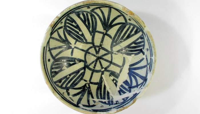 <p>Blue ceramic bowl (15th century) Castell d'Espasens (Fontcoberta).</p>