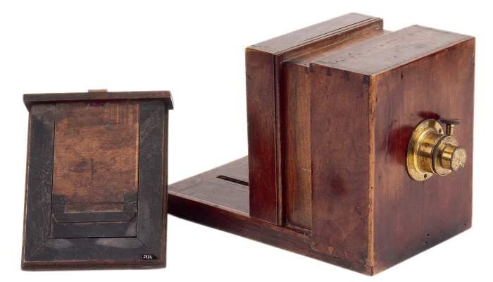 <p>C&agrave;mera fotogr&agrave;fica de caix&oacute; per a daguerreotips. L&oacute;pez y Gamara (c. 1840-1870).</p>