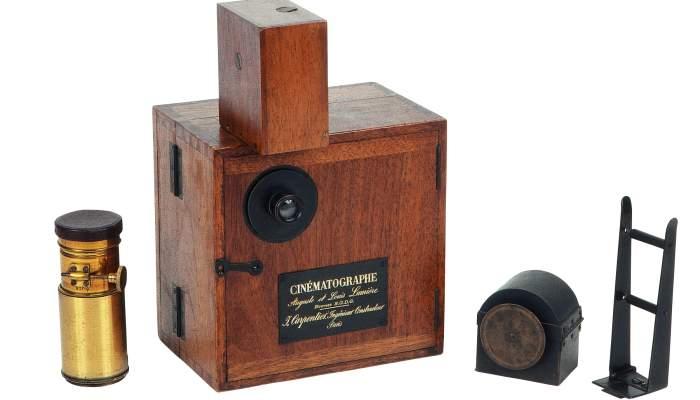 <p>Càmera-projector Cinématographe Lumière (1896).</p>