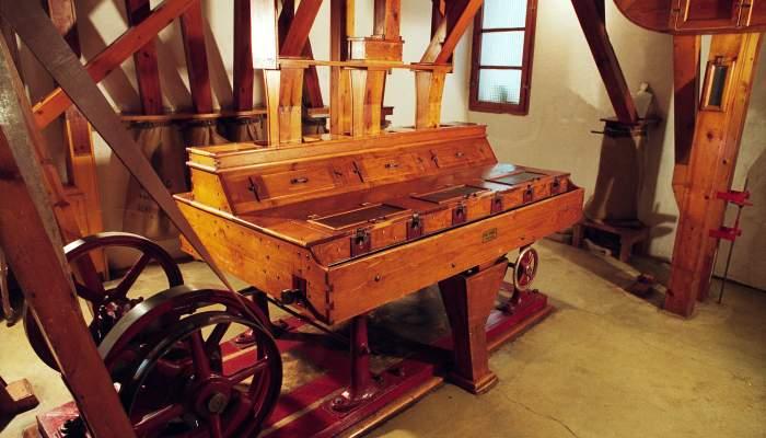 <p>El carro pedrer separa les pedres de la mateixa grandària que el blat, però de més pes. ©Jordi Cassú</p>