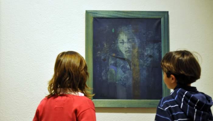 <p>Antoni T&agrave;pies Puig (Barcelona 1923 - 2012). <em>Dona amb blaus</em>, 1953. Oli sobre tela. 54 x 44,5 cm.</p>