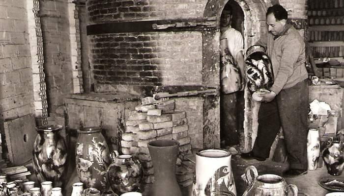 <p>Eusebi D&iacute;az Costa revisant una fornada de cer&agrave;mica decorativa. Fotografia: Fons d&rsquo;imatges Terracotta Museu.</p>