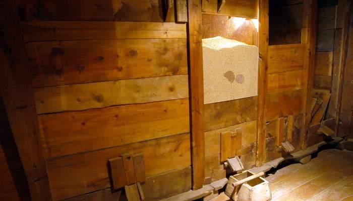 <p>Dins del graner es guardaven els formatges per evitar que s'assequessin i conservar-los millor.</p>