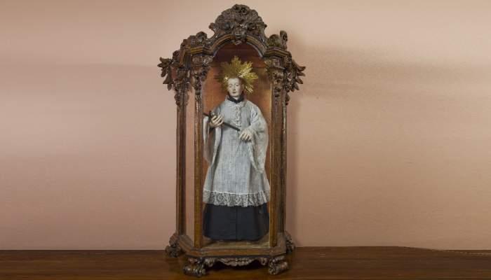 <p>Escaparata del segle XVIII amb la imatge de sant Llu&iacute;s Gonzaga. MCC. Foto: Carles Aymerich / Ramon Maroto (CRBMC).</p>