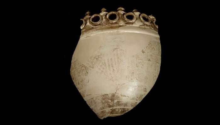 <p>Fragment d&rsquo;alfabeguer, realitzat a Manises-Paterna, amb les armes del comte Pere d&rsquo;Urgell, segle XIV.</p>