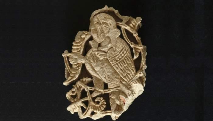 <p>Fragment de plaf&oacute; decoratiu amb el motiu d&rsquo;una harpia, procedent del castell Form&oacute;s, mitjan segle XI.</p>