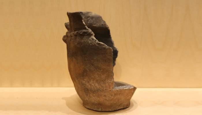 <p>Urne cin&eacute;raire d&rsquo;Unh&ograve;la, &acirc;ge du fer, 800-600 av. JC.</p>