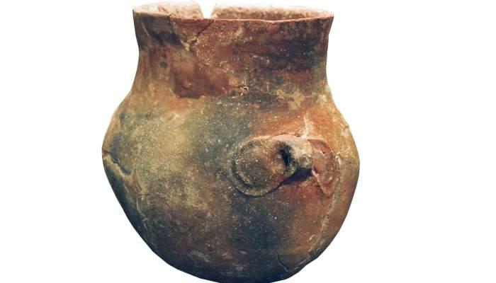 <p>Vaso con decoraci&oacute;n en relieve, neol&iacute;tico.</p>