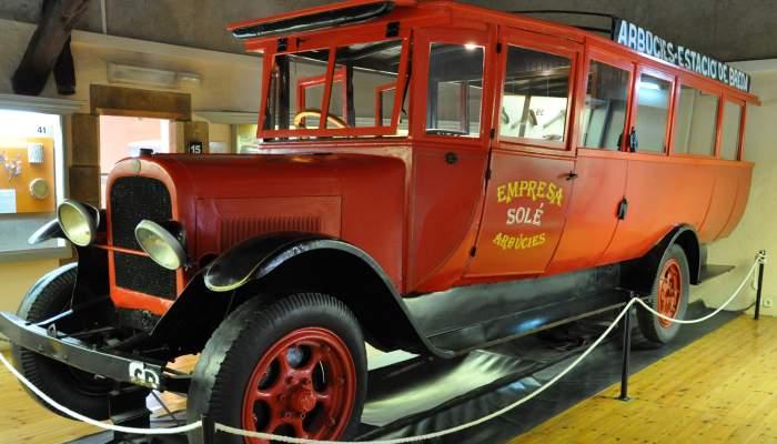 <p>&Oacute;mnibus del a&ntilde;o 1923 realizado en madera, plancha y cuero, con carrocer&iacute;a semimet&aacute;lica.</p>