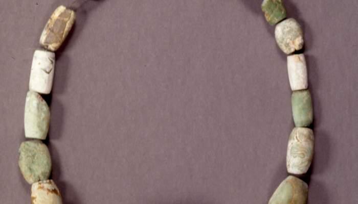 <p>Collaret de pedra variscita, neol&iacute;tic mitj&agrave;. Foto: MDG</p>