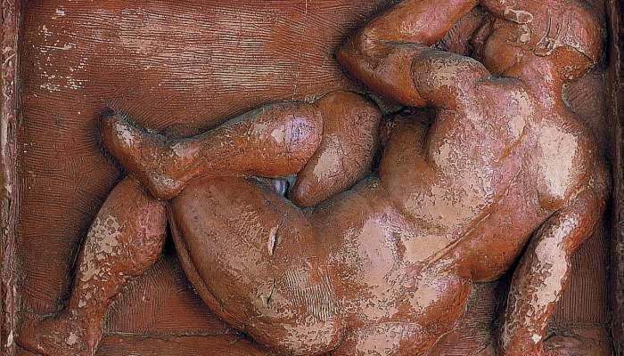 <p><em>Femme assise</em>, Manolo Hugu&eacute; Mart&iacute;nez, 1929-1930, relief en terre cuite patin&eacute;e, 16,5 &times; 25 cm</p>