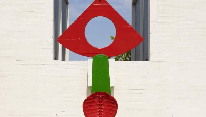 <p><em>La caricia de un p&aacute;jaro</em>, Joan Mir&oacute;, 1967, bronce pintado, 311 &times; 110 &times; 48 cm, Fundaci&oacute;n Joan Mir&oacute;, Barcelona</p>