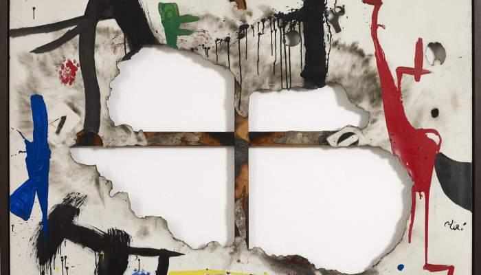 <p><em>Tela quemada I</em>, Joan Mir&oacute;, 1973, acr&iacute;lico sobre tela, posteriormente rasgada y quemada, 130 &times; 195 cm, Fundaci&oacute;n Joan Mir&oacute;, Barcelona</p>