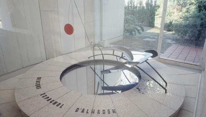 <p><em>Fuente de Mercurio</em>, Alexander Calder, 1937, hierro y aluminio pintados y mercurio, 114 &times; 293 &times; 196 cm, Fundaci&oacute;n Joan Mir&oacute;, Barcelona</p>