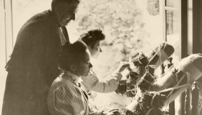 <p>Photographie des s&oelig;urs Ferrer de Sant Vicen&ccedil; de Montalt r&eacute;alisant le foulard pour la reine Vict&ograve;ria Eug&egrave;nia sous la surveillance d&rsquo;Anna Maria Sim&oacute;n. Photo: Aldof Mas (1906)</p>