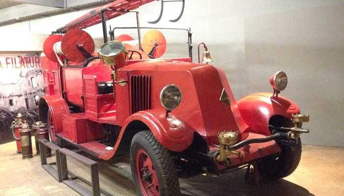 <p>Camion de pompiers Renault de 1927. La lutte contre les incendies &eacute;tait vitale dans les usines textiles.</p>