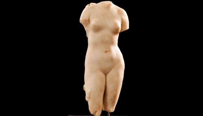<p>Escultura de marbre del segle I dC que representa la deessa Venus. Fotografia d'Antonio Guill&eacute;n, Museu de Badalona.</p>