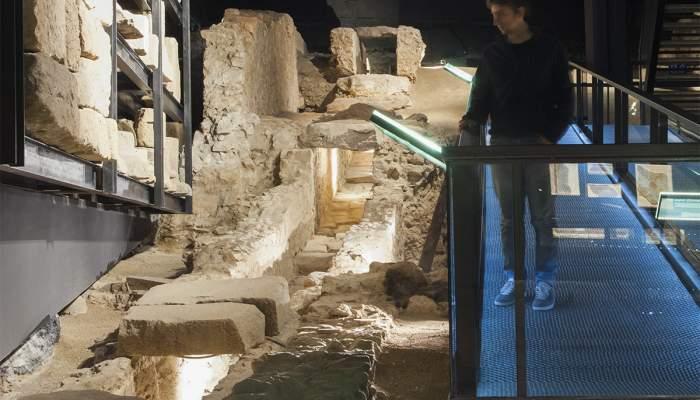 <p>Restes de la principal claveguera de l&rsquo;antiga ciutat de Baetulo, situada sota el <em>cardo maximus</em>. Fotografia de Llu&iacute;s And&uacute;, Museu de Badalona.</p>