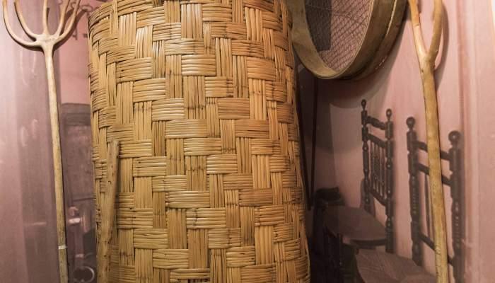 <p>Grenier &agrave; grains fabriqu&eacute; avec des roseaux tress&eacute;s et assembl&eacute;s sur un axe en bois</p>