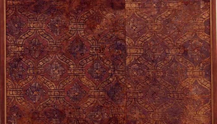 <p>Fragment de revestiment mural, segle XVI, pell daurada, policromada i ferretejada, 62 &times; 85 cm, Espanya</p>