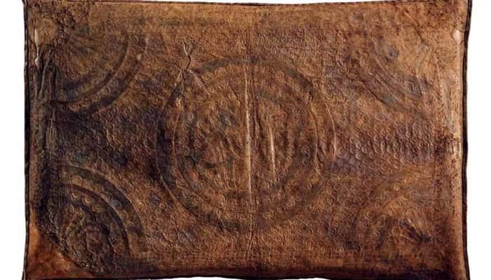 <p>Coix&iacute; de guadamassil, segle XVI, pell daurada, ferretejada i policromada (al revers, pell gofrada), 51 &times; 59 cm, Espanya</p>