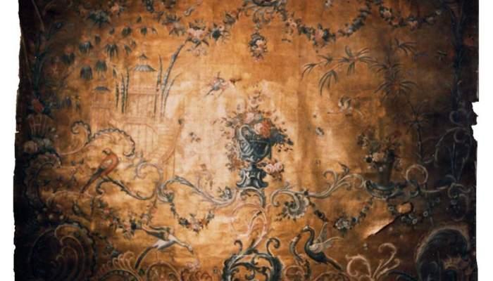 <p>Revestiment mural amb tem&agrave;tica de les &laquo;xineries&raquo;, 1700-1725, guadamassil, pell daurada, ferretejada i policromada, 285 &times; 365 cm, Bordeus (Fran&ccedil;a)</p>