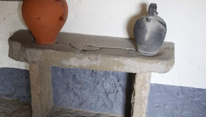 <p>Banco de c&aacute;ntaros, esculpido en piedra, 58&times;32&times;100&nbsp;cm.</p>