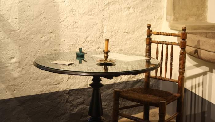 <p>Mesa redonda de madera pintada con barniz negro, 78&times;77&times;78&nbsp;cm.</p>
