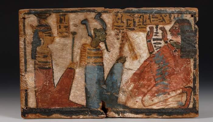 <p>Taula votiva de Tamiu, la cantora d&rsquo;Amon, dinastia XIX-XX (1320-1085 aC). Fusta policromada, 27 &times; 17 &times; 1,2 cm.</p>