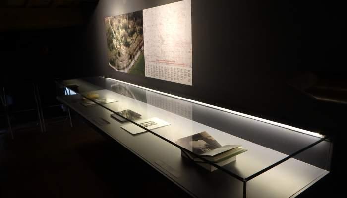 <p><em>De com el Pirineu en mans de Verdaguer va esdevenir un fil de tinta</em> (<em>Comment les Pyr&eacute;n&eacute;es devinrent un fil dans les mains de Verdaguer</em>), 1997, Perejaume, huile sur toile, 16&times;12 cm.</p>