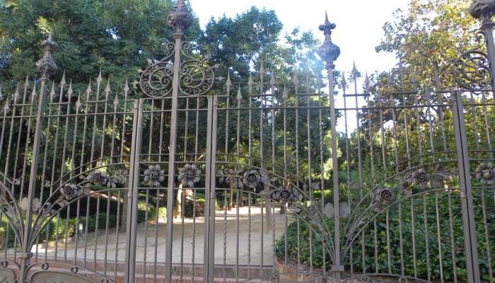 <p>Porta de ferro forjat del pati de la Casa Alegre de Sagrera. Foto: Museu de Terrassa</p>