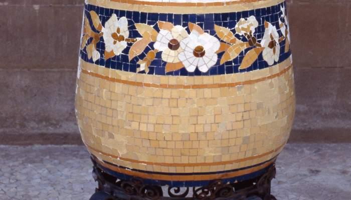 <p>Jardinera amb peu, Eliseu Querol (Barcelona),c. 1919, mosaic ceràmic i forja, 60 × 58 cm de diàmetre (jardinera) i 45 × 75,5 cm de diàmetre (peu). MdT 15508-15509 Foto: Teresa Llordés</p>