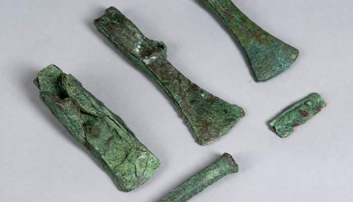 <p>Conjunt d&rsquo;eines de bronze ib&egrave;riques format per tres destrals, un cisell i un fragment de fal&ccedil;</p>