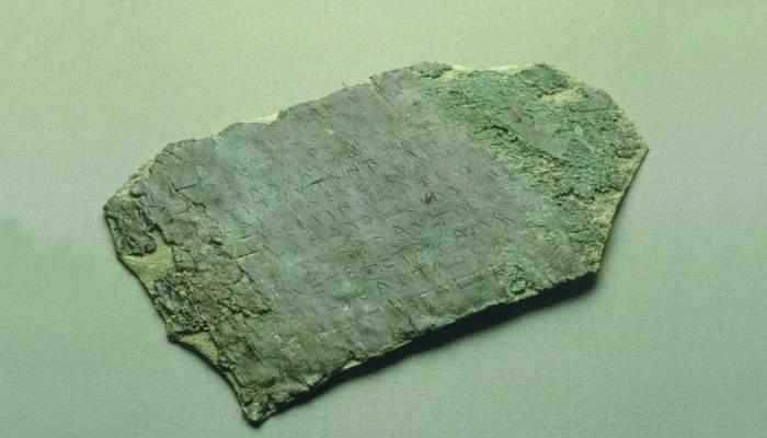 <p>Carta comercial grega sobre una l&agrave;mina de plom</p>