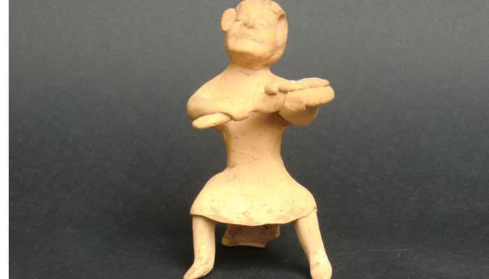 <p>Figura de terracota procedent de la ciutat grega d&rsquo;Emp&uacute;ries. Representa un forner assegut en un tamboret.</p>