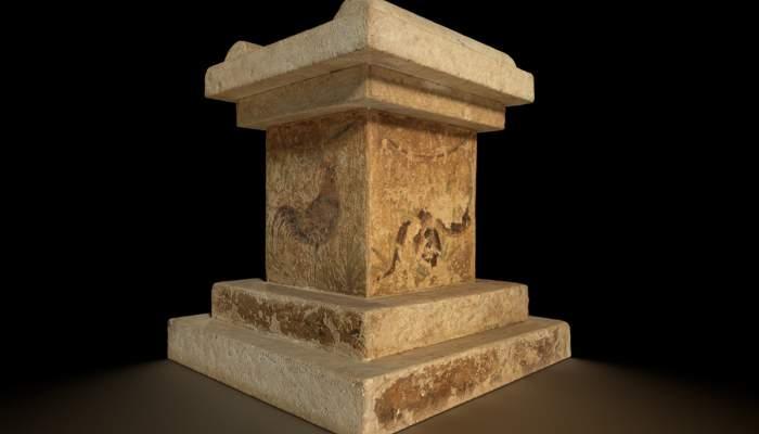 <p>Ara amb restes de decoracions policromades procedent de la ciutat romana d&rsquo;Emp&uacute;ries</p>