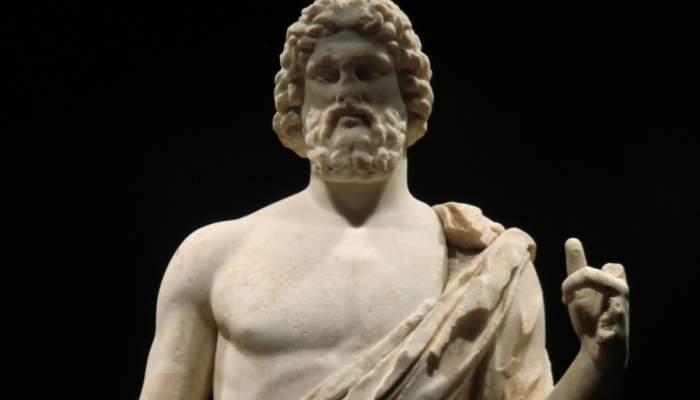 <p>Vista de la sala monogr&agrave;fica del museu on s&rsquo;exposa l&rsquo;escultura grega d&rsquo;Asclepi i el fragment escult&ograve;ric de la serp</p>