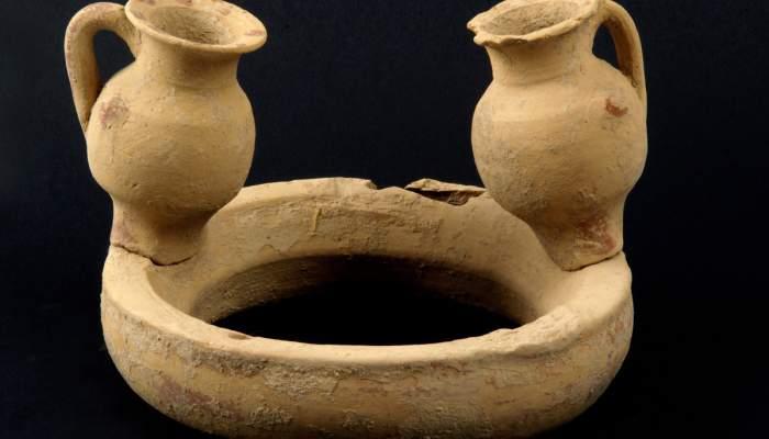 <p>Vaset de libacions grec descobert a la zona del port de la ciutat grega d&rsquo;Emp&uacute;ries</p>