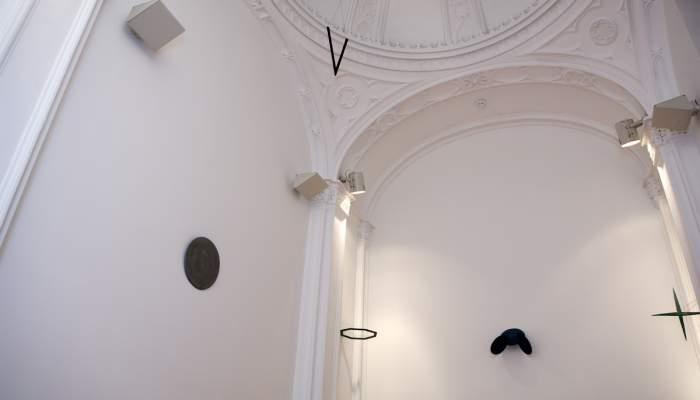 <p>La capilla, con la instalaci&oacute;n <em>Aqua et tempus</em>, de Tom Carr</p>