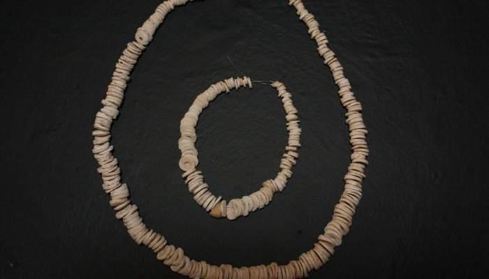 "<p><strong><span style=""font-weight: 400;"">Reconstrucci&oacute; hipot&egrave;tica d&rsquo;un collaret de denes que portava un dels morts, 2879-2589 aC.</span></strong></p>"