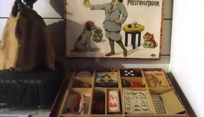 <p><em>El peque&ntilde;o prestidigitador</em>, caixa de m&agrave;gia fabricada a Alemanya el 1930. Havia pertangut a Brossa de petit. Foto: &copy; MJC</p>