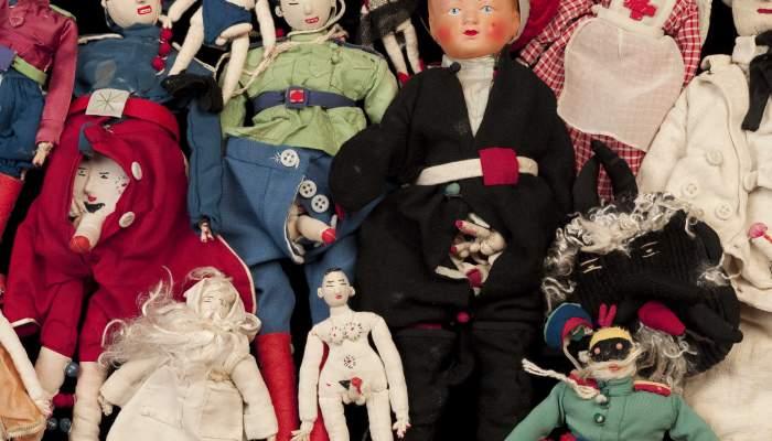 <p>Diversos ninos de teixit cosits per la senyora Zka el 1954 a Fran&ccedil;a. Foto: &copy; Jordi Puig</p>