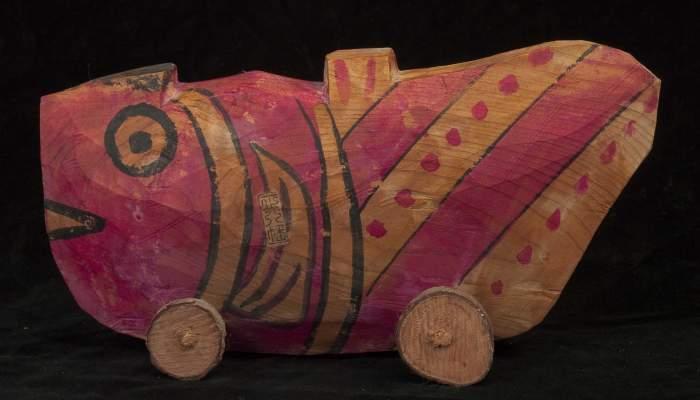 <p>Joguet en forma de peix amb rodes fet de fusta pintada. Fet al Jap&oacute; cap al 1970. Foto: &copy; Jordi Puig</p>
