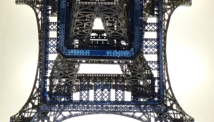 <p>La tour Eiffel de Meccano, construite par Palouz&iacute;e et Poch, une bonne publicit&eacute; pour vendre le produit. Photo&nbsp;: &copy; Jordi Puig</p>