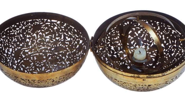 <p>Esfera de metall perforada, Xina, segles XVIII-XIX</p>
