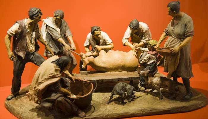 """<p><strong><em><span style=""""font-weight: 400;"""">La matan&ccedil;a del porc</span></em><span style=""""font-weight: 400;"""">, Josep Trait&eacute;, 1987, escultura de terracota, 61 &times; 38 &times; 30,5 cm</span></strong>.</p>"""