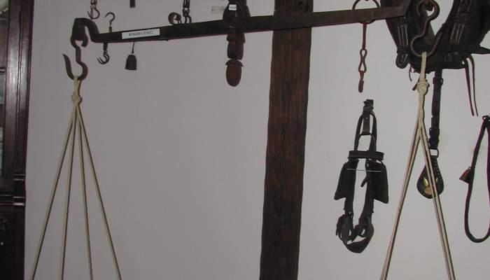<p>Balanza del silgo xix que lleg&oacute; al museo como donaci&oacute;n familiar</p>