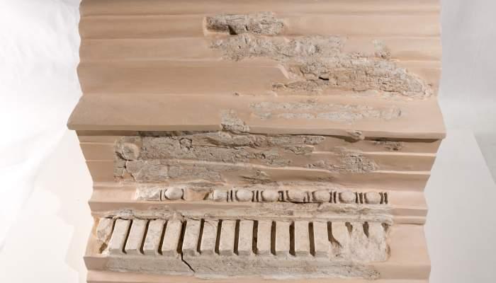 <p>Moldura denticulada que formaba parte de la decoraci&oacute;n mural del asentamiento romano de Mons Observans (Museo de Montmel&oacute;)</p>