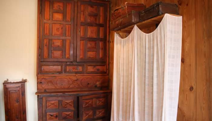 <p>Armari de roba del segle XVIII fet de fusta de pi i de noguer. Aquesta <em>limanda</em> tamb&eacute; feia funcions d&rsquo;escriptori&amp;</p>